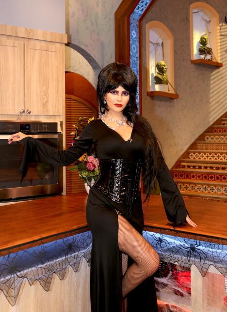 """Ana Patricia se lució dando vida a """"Elvira, the Mistress of the Dar..."""