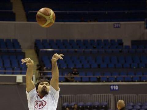 Manny Pacquiao sigue cumpliendo su sueño de ser basquetbolista pr...