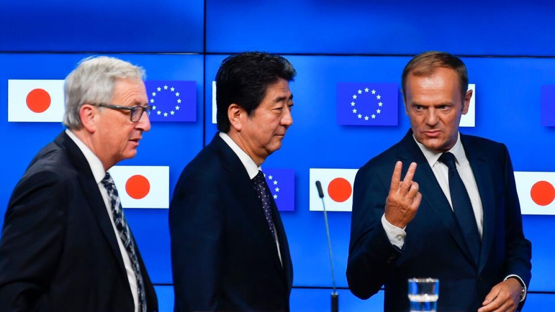 El primer ministro de Japón, Shinzo Abe (centro), con los máximos jerarc...