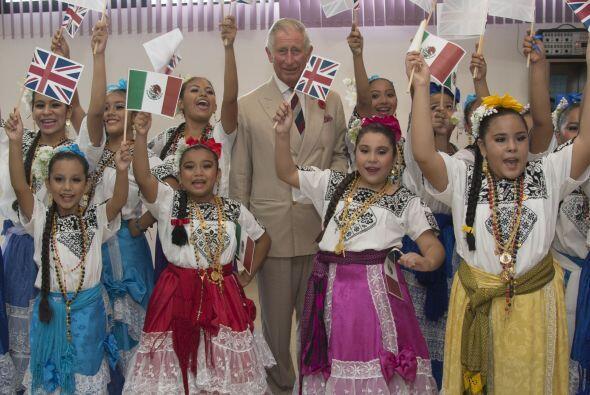 Las pequeñas bailarinas también dieron regalos al príncipe de Gales.