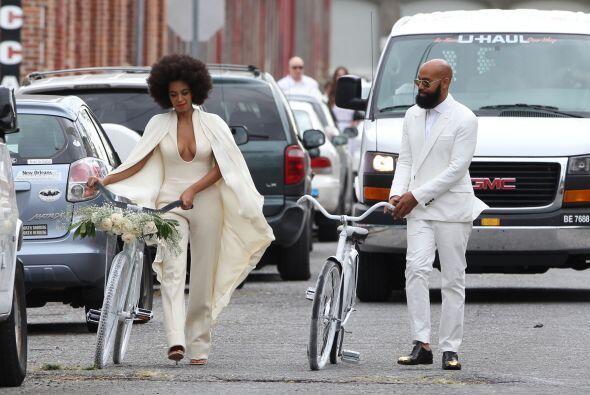 Y de esta forma fue que llegaron los novios el domingo a la ceremonia of...
