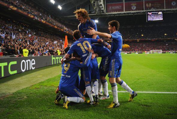 Todos los jugadores ingleses corrían a felicitar a Fernando.