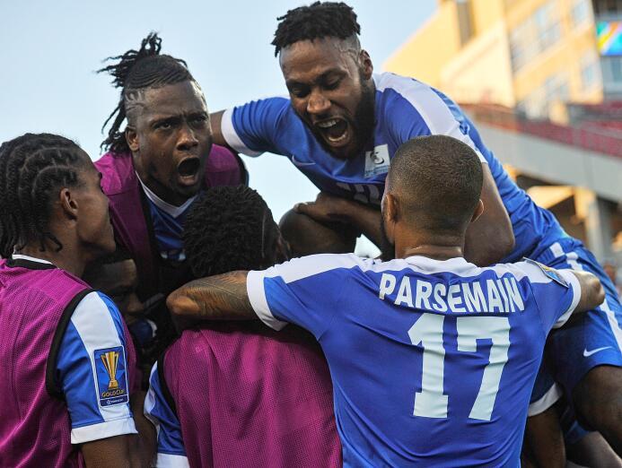 Martinica gana y es líder de grupo Steeven Lagil of Martinique celebrate...