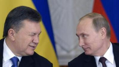 El fugado presidente de Ucrania,Viktor Yanukovych, platica con el presi...