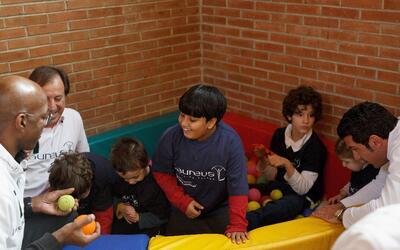 Foto de archivo. Niños juegan en la escuela Princesa Sofía en Madrid, Es...
