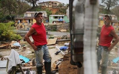 Un hombre afuera de su destruido hogar en Jayuya, Puerto Rico. Los activ...