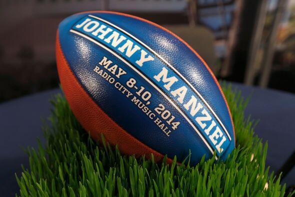 """Y Johnny Manziel, mejor conocido como """"Johnny Football"""", atrae la mirada..."""