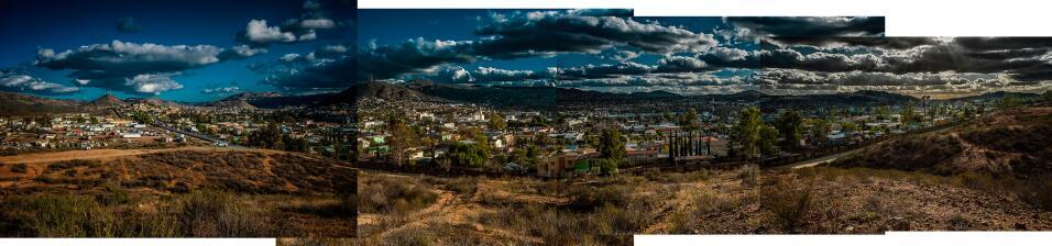 Sección del muro que separa la ciudad de Tecate, en México...