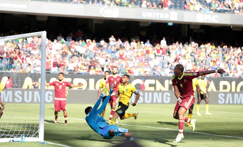 La selección de Jamaica casi toma la ventaja a los pocos minutos con un...
