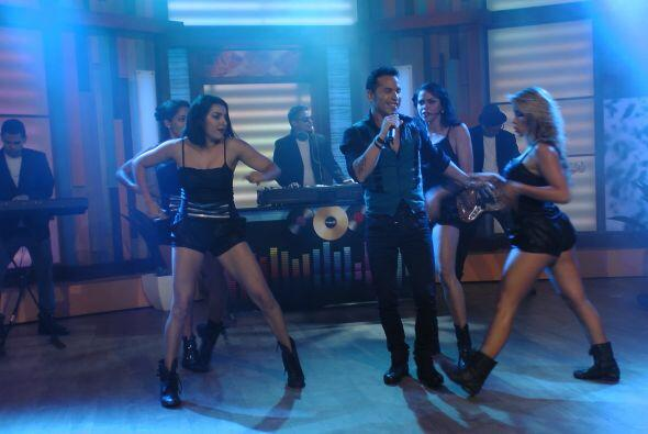 Acompañado de sus bellas bailarinas, el intérprete de 'Incontrolable' de...