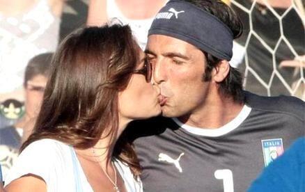 La modelo checa se casó con el portero de la Juventus en 2011 y son feli...