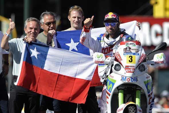 El chileno Francisco López y su equipo de apoyo saludaron a la afición a...