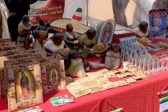 Algunos objetos, como la Virgen de Guadalupe, son vistas a la venta en a...