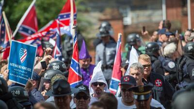 Supremacistas blancos marcharon por las calles de Charlottesville en ago...
