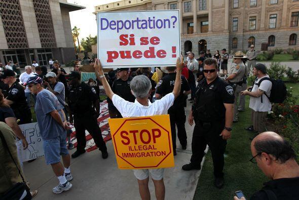 Arizona fue el primer estado en aprobar una ley, la SB 1070, que crimina...
