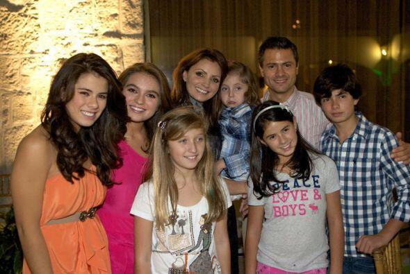 Los padrinos de la boda son los hijos de ambos: Paulina y Sofía de lazo,...