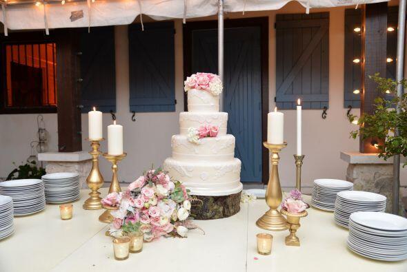 El pastel de bodas lucía realmente hermoso.