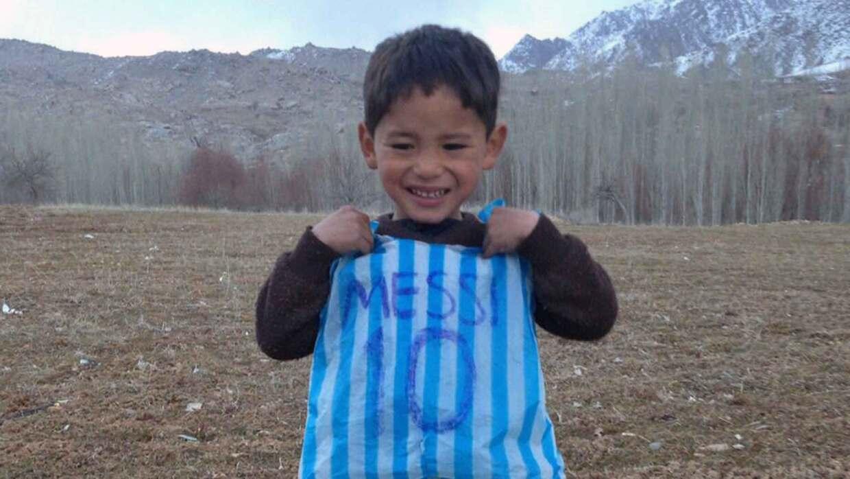 Murtaza Ahmadi, el niño afgano que se hizo famoso por su camiseta...