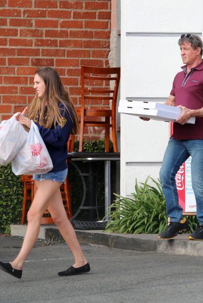 Aquí lo vemos con su hija menor Scarlet, quien a lado del actor l...