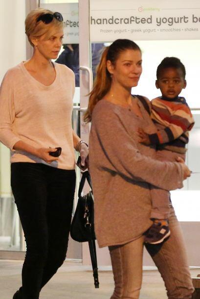 Charlize Theron es otra mamita a quién le es de gran ayuda una nana que...