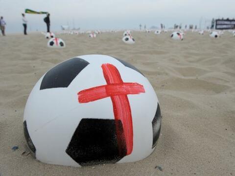 Los balones fueron exhibidos en la playa para los bañistas y turi...
