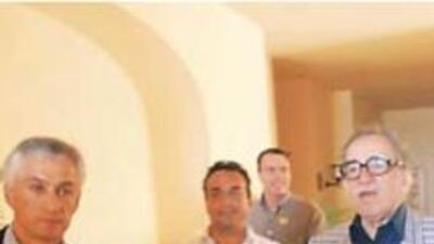 El perodista Jorge Ramos camina junto al escritor colombiano Gabriel Gar...