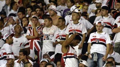 Cientos de hinchas invaden el campo del Sao Paulo y agreden a los jugadores