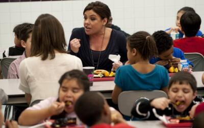 La reconocida chef Rachael Ray come con niños en una escuela pública par...