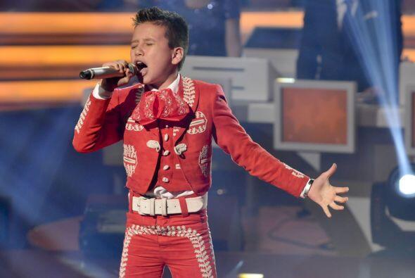 Cantar acompañado de mariachi no es fácil pero Toñito demostró que puede...
