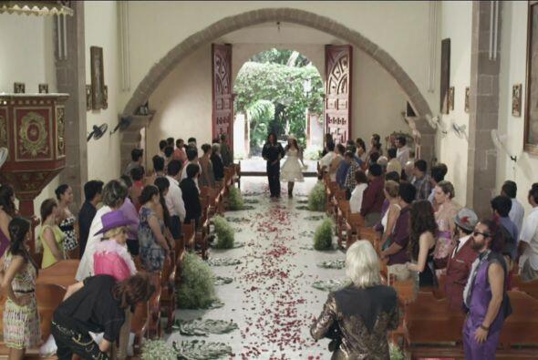 Todos los invitados estaban ansiosos de ver a los tortolitos en el altar.