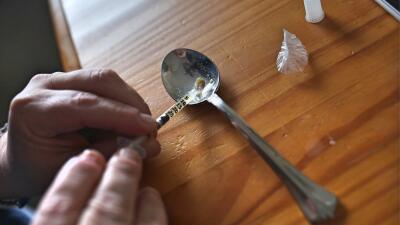 Preparación de la heroína para inyectarse.