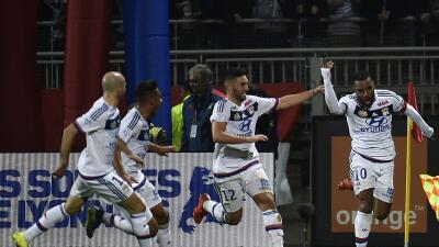 El Lyon se impuso en el derby al Saint Etienne con triplete de Lacazette