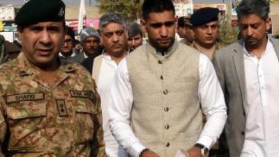 Amir Khan visitó escuela en Paquistán.