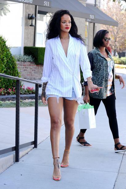La hermosa piel bronceada de Rihanna resaltó gracias a este color. El bl...