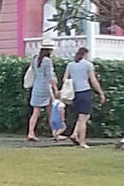 Para disfrutar del calor la duquesa se puso un vestido y lo acompa&ntild...