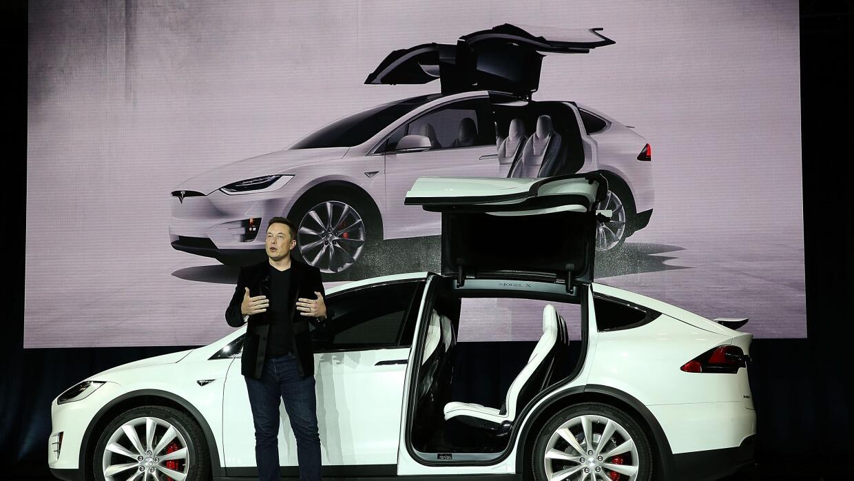 Elon Musk presenta a la Tesla Model X el 29 de septiembre de 2015