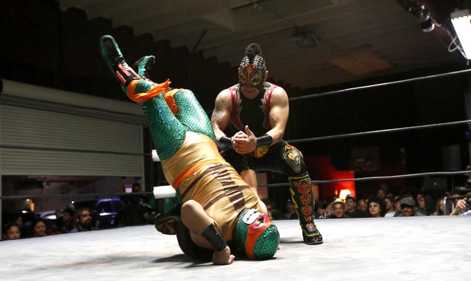 'Potro Romano', un peleador mexicano, practica la lucha libre en cuadril...
