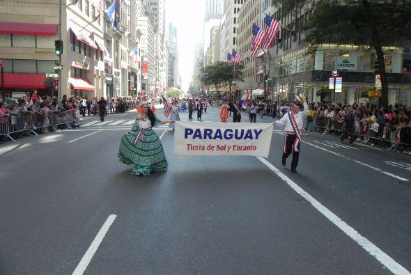 Familias hispanas desfilan por la 5ta Avenida 188323aefdf24035a30abb35c8...