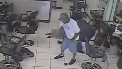 En video: Sospechoso armado asalta a los clientes de un salón de belleza de Houston