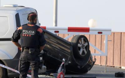 Un policía resguarda el lugar donde fueron abatidos varios sospec...