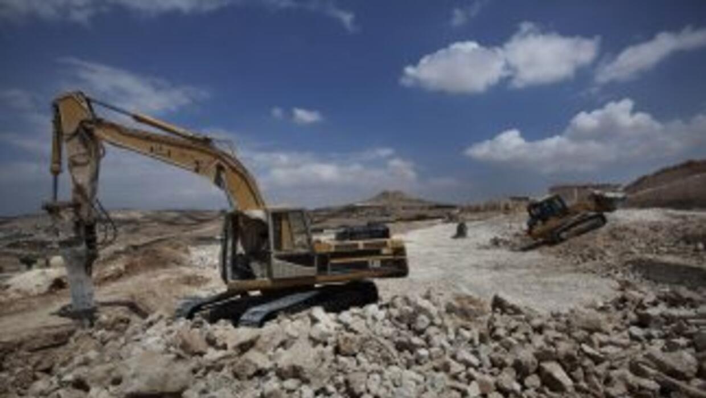 Una máquina trabaja en la construcción de una colonia en la región de Ci...