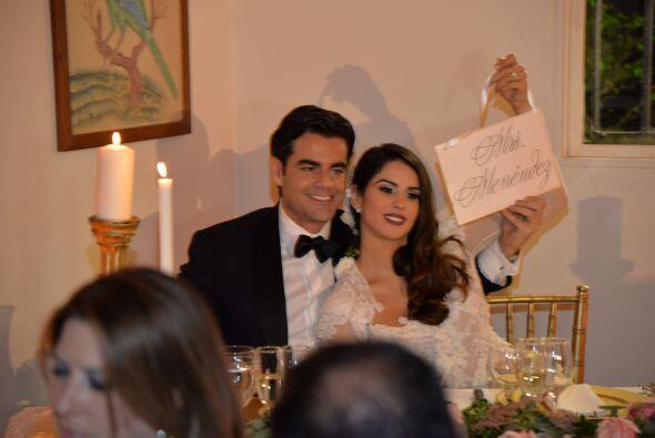 Y presumieron con orgullo que ahora sí son el Sr. y la Señora Menéndez.