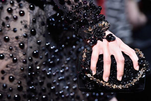 Al igual que en los vestidos la pedrería se hace presente en los accesor...
