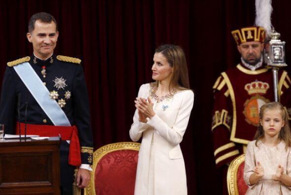 Más tarde, Felipe VI juró a la Constitución y fue p...