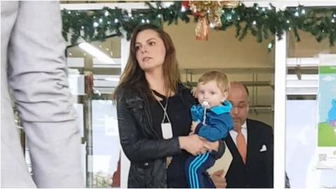 Marjorie con su hijo en Juzgados