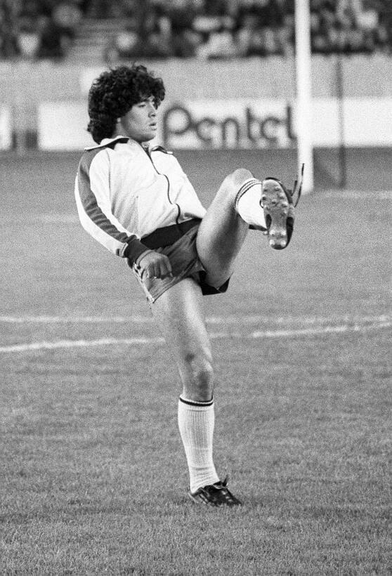 Los 56 años de Diego Maradona, entre la gloria y la controversia Boca Ju...