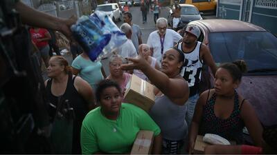 Repartición de agua y alimentos en Toa Baja, Puerto Rico, el pasa...