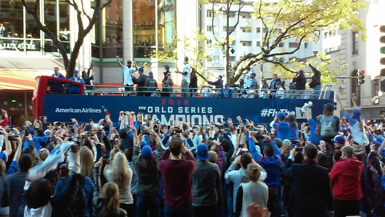 Miles de fanáticos de los Cubs salieron a la Milla Magnífi...
