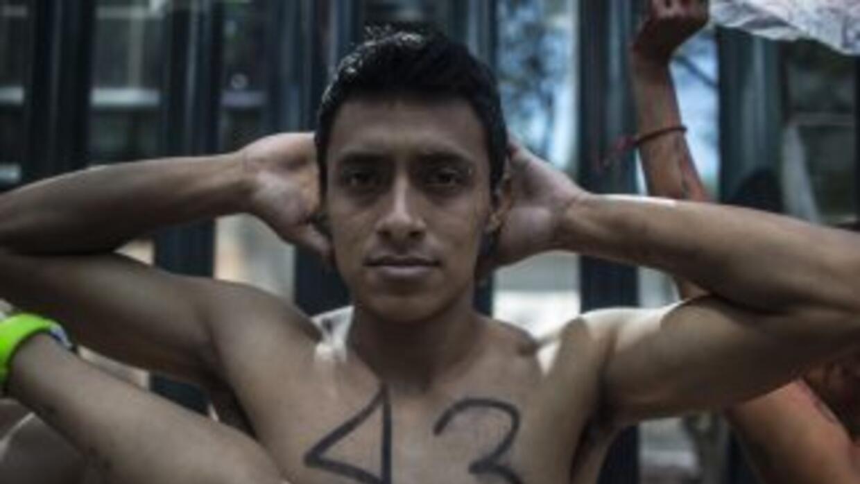 Estudiantes universitarios en México protestan por la desaparición de 43...