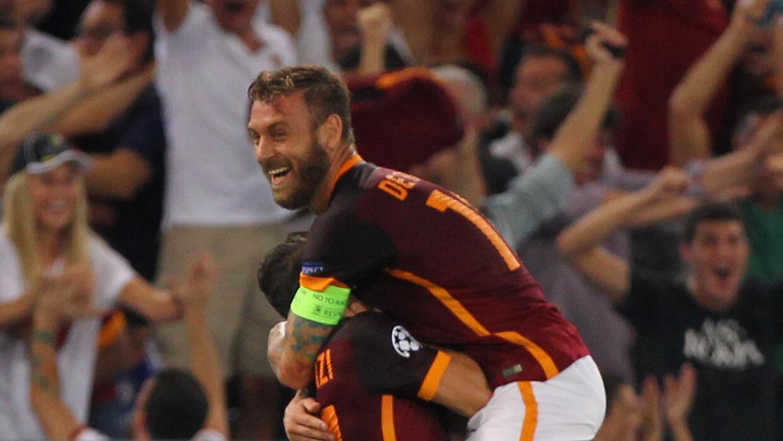 Daniele De Rossi felicita a Florenzi por su golazo al Barcelona.